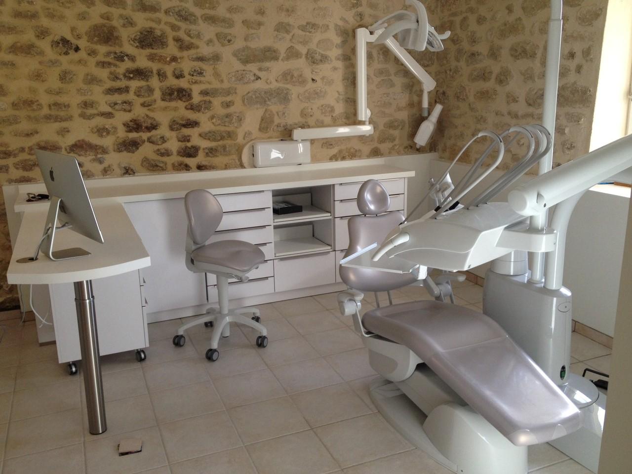 Ciment dentaire : une action pour coller le dentier ?